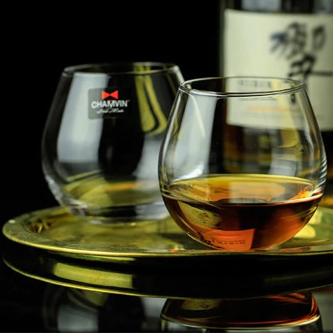 Slow Roll Whisky Glass, fits perfectly into palm of the hand and supports transfer of warmth